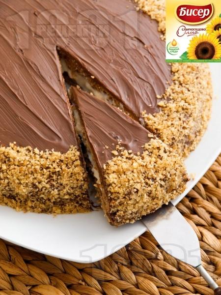 Домашна шоколадова торта с блат от орехи, какао и сметана, крем от банани и заквасена сметана и шоколадова глазура - снимка на рецептата